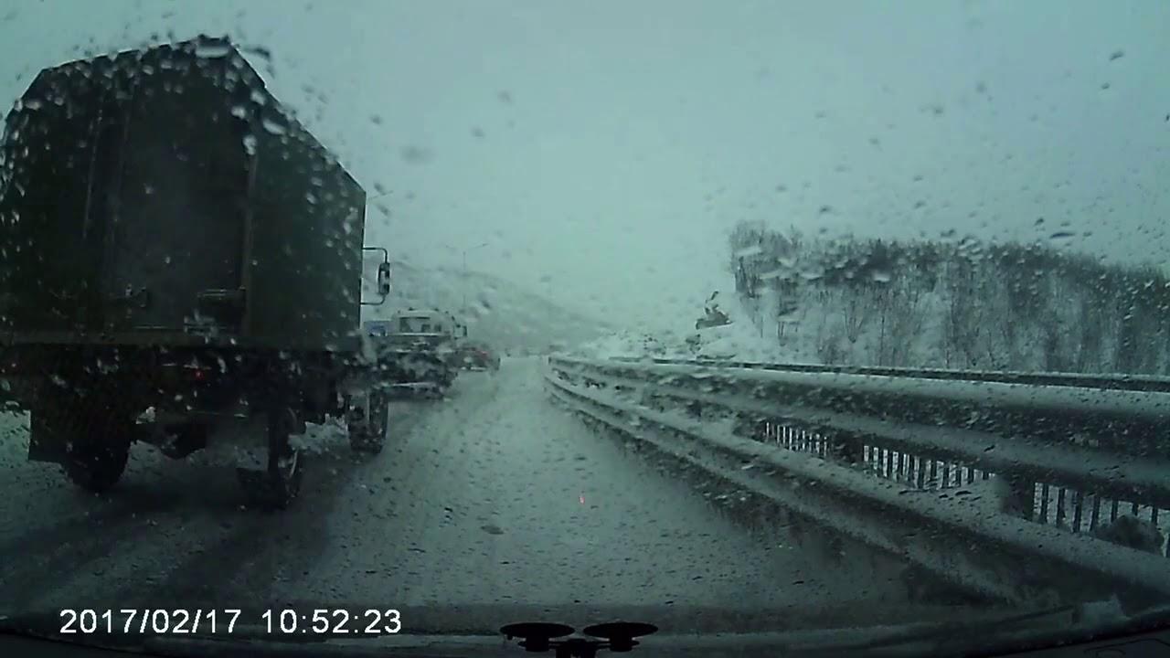 В Мурманске мужчину дважды за полторы минуты сбили машины: видео