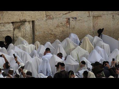 شاهد: آلاف المصلين اليهود يحتشدون أمام حائط المبكى بالقدس في -عيد العرش-…