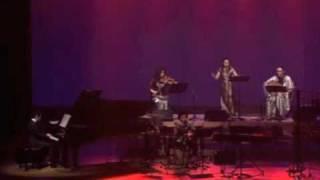 サヌカイト楽器を演奏する小松玲子を中心に昨年結成されたルースアズー...