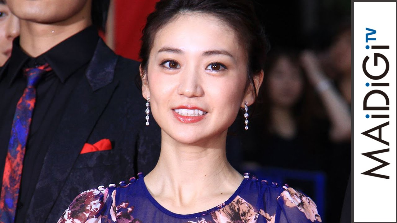 yuko oshima appears in lowback dress red carpet ceremony