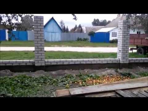 Cмотреть Как сделать забор из кирпичных столбиков и профлиста