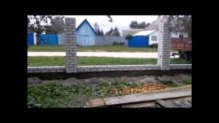 видео Заборы из профнастила с кирпичными столбами