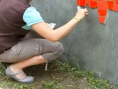 Pose mosa que murale sur filet sur un mur de jardin - Mosaique sur mur exterieur ...