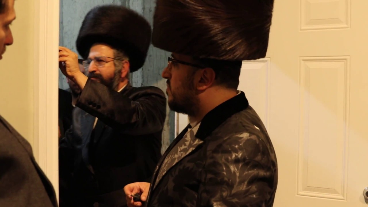 Kvias Mezuzos at Lipa Schmeltzer's new house, With Rav Mota Frank