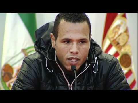 Luis Fabiano se emociona en su despedida del Sevilla