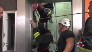 Prisonnier dans une cabine d'ascenseur
