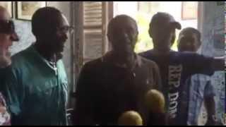 """Recibimiento a José Alberto """"El Canario"""" en La Bodeguita del Medio, Cuba"""