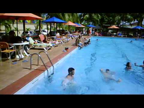 En piscina club del banco central rd youtube for Ofertas de piscinas