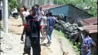 Camión se vuelca y destruye dos casas en Haina.WWW.FLOWDEBARRIO.COM