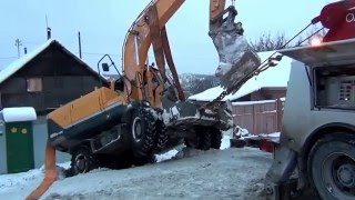 Грузовой эвакуатор спасает экскаватор в Екатеринбурге