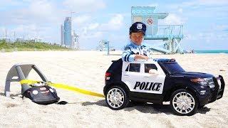 شرطي سينيا ينقذ سيارات صغيرة