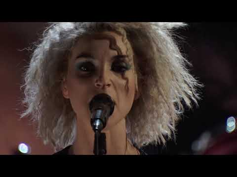 """Nirvana and St. Vincent perform """"Lithium"""" at the 2014 Rock & Roll Hall of Fame Induction Ceremony"""