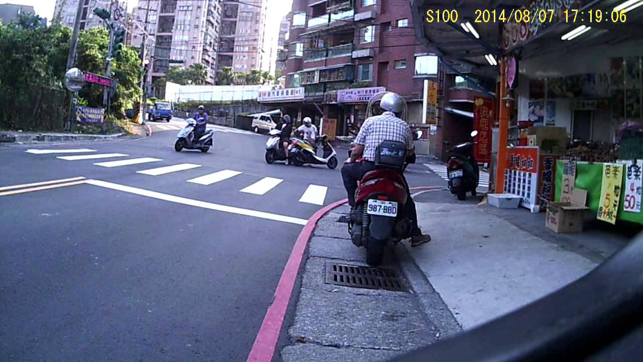 基隆新豐街 和豐街 車禍 - YouTube