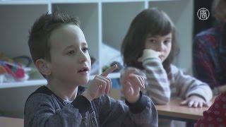 Дети выучили язык жестов ради глухого одноклассника (новости)(http://ntdtv.ru/ Дети выучили язык жестов ради глухого одноклассника. Но ещё в сентябре всё было иначе. Глухой от..., 2016-02-10T14:00:48.000Z)
