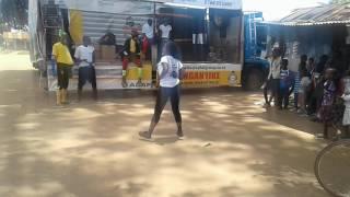 Mwanadada akicheza sebene kwa miondoko ya singeri
