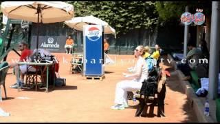 ابطال العالم للتنس يستمتعون بالشمس بوضع الكريمات اثناء البطولة
