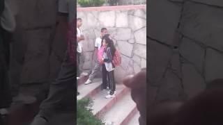 Niños Besándose En Patio De Escuela