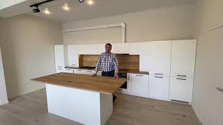 Современная кухня. Скандинавский стиль в кухне. Белые матовые фасады. Встроенный холодильник