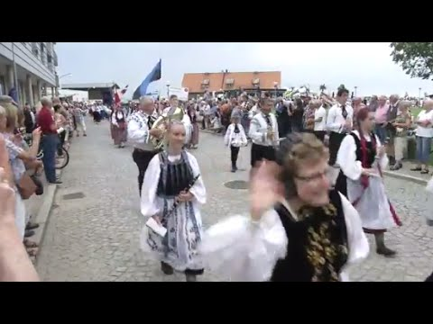 Stor folkdansparad genom Helsingborg
