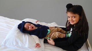 Masal ve Öykü Otel de Bebek Bakıyor - Kids Pretend Play Taking of Babies feeding Hotel