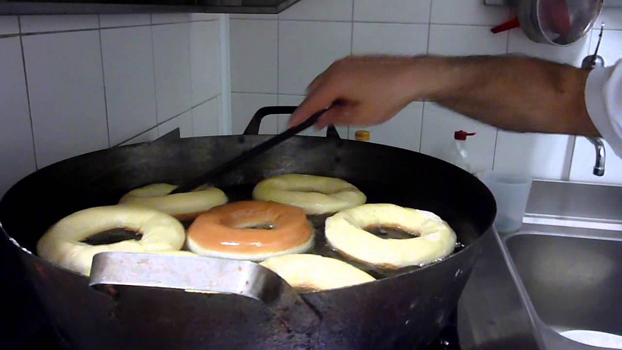 Dolci Da Credenza Bombe E Ciambelle : Come fare le ciambelle e bombe fritte ricette dolci cucina