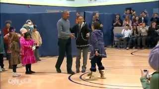 أوباما يفاجئ طلاب مدرسة بالرقص معهم