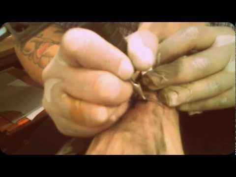Tatuando o logo do The Devil Wears Prada