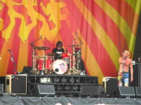 Dave Grohl plays drums! Foo Fighters Live @ New Orleans ...