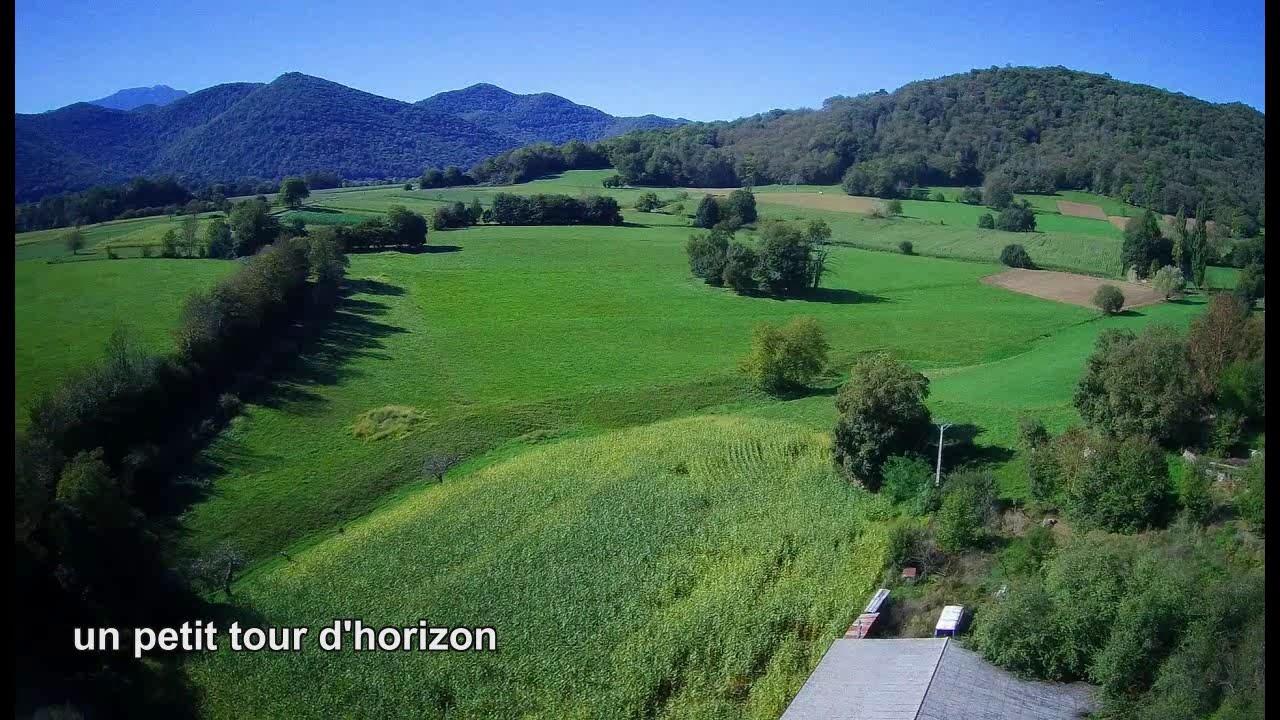 Vue du ciel, le Village de REGADES dans les Pyrénées 31800