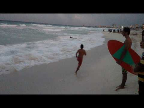 Salvavidas de Cancun rescatan a personas..