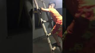 Atta Muhammad climb ladder to touch ceiling.