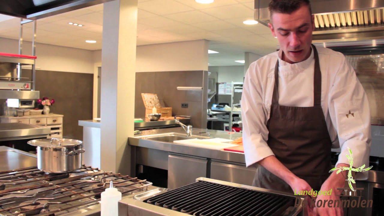 Chef kok bas van de korenmolen vertelt hoe hij in de korenmolen de ...