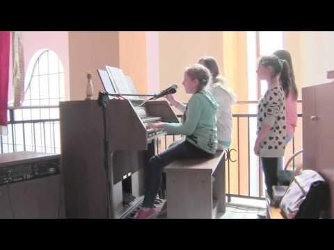 2013.05.08 Gaude Mater Polonia gra Klaudia, śpiewają Martyna i Klaudia, Ewa, Wiktoria