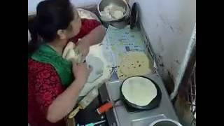 بالفيديو.. خادمة تسرق الخبز وتخفيه أسفل ملابسها - صحيفة صدى الالكترونية