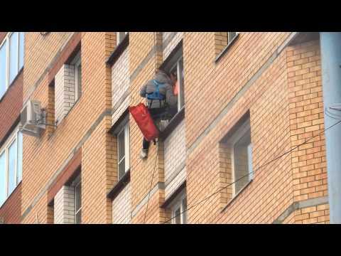 Две женщины залезли в окно фото 100-880