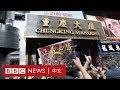 香港示威:南亞人重慶大廈外派水 黑衣人稱We Connect- BBC News 中文