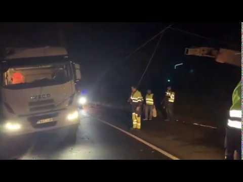 Un camión que transportaba madera se sale de la vía en Lugo