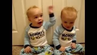 孩子们可爱,有趣 有趣的视频宝贝, 双胞胎婴儿, 有趣的视频2016年, 上面滑稽的婴孩2016年
