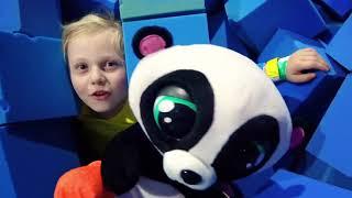 Alicia juega con el panda de juguete en el parque infantil inflable