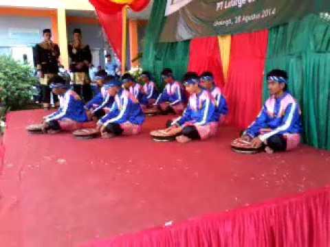 Persembahan rapai geleng di panggung SMA lhoknga,aceh besar pada acara perpisahan thun 2014