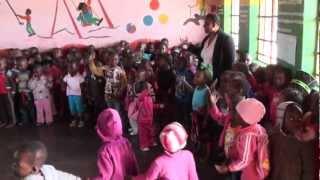 Детский сад, ЮАР. Негритянские песни, пляски. African children(Негритянский детский сад в Южной Африке, Мпумаланга, деревня Шангаан. Подробнее: http://www.wildrussia.spb.ru/rus/Africa/UAR-Stopa..., 2012-06-03T07:25:53.000Z)
