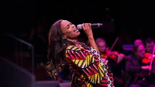 Michelle Williams sings Aretha Franklin: (You Make Me Feel Like) A Natural Woman (Live)