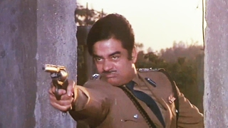 Shatrughan Sinha fights with Dacoits - Aag Hi Aag - fearless action fight scene 5/18