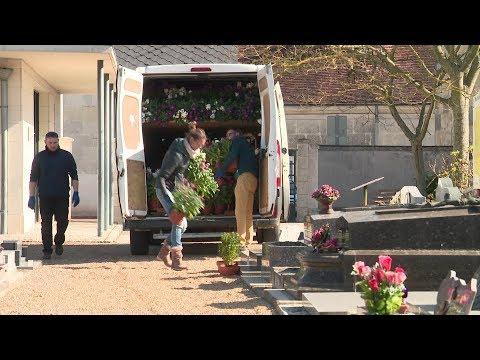 Coronavirus: les horticulteurs fleurissent les tombes à Montoire-sur-le-Loir