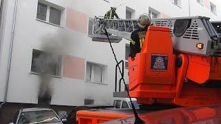 NRWspot.de | Brand in einem Keller – mehrere Verletzte – Haus verraucht – Rettung über DLK