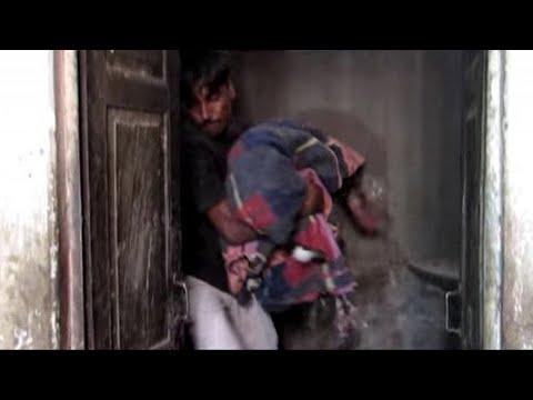 Спасатель вынес из здания тело, замотанное в одеяло. Врачи ужаснулись от увиденного…