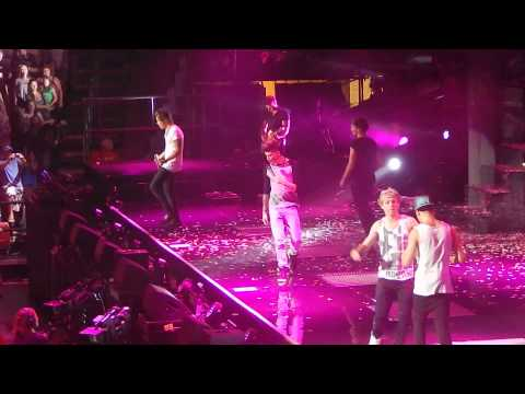 One Direction - Philadelphia 2013 - Live While Were Young