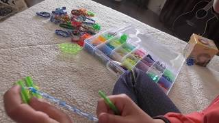 Как сплести простой браслет из резинок на рогатке: урок для начинающих