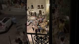 Ostuni, quattro del mattina, uomo scende in piazza con un bastone e spacca l'impianto musicale