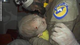 فيديو.. منقذ سوري في حالة بكاء شديدة بعد إنقاذ رضيعة لم تتجاوز الشهر